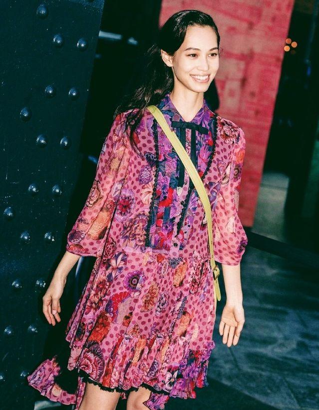 水原希子在线教你穿搭,甜美碎花裙上身乖巧可爱,笑起来好好看