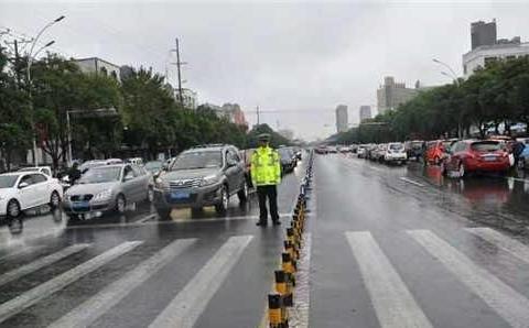 河南孟州公安交警大队多措并举确保阴雨天气下道路交通安全畅通