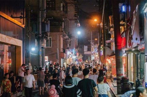 宁夏银川最热闹的夜市,品尝美食需要排队,你去过吗?