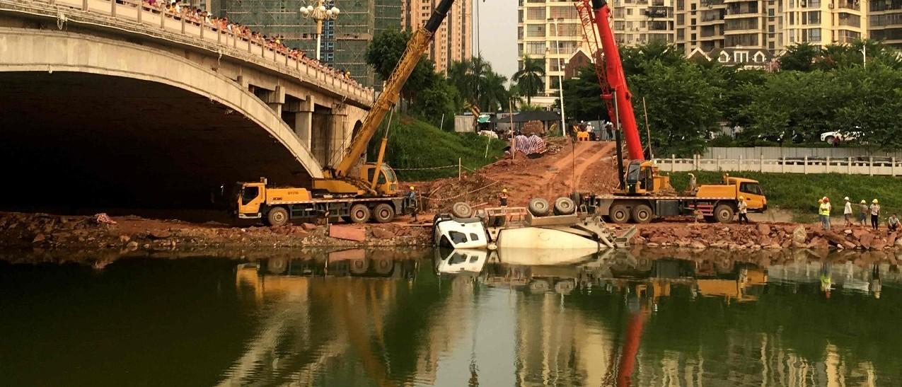 大单!银丰桥附近水泥罐车跌落南流江,出动2台吊车救援,司机……