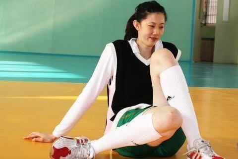 32岁女排女神薛明,与央视导演离婚,成花店老板,现仍美如少女