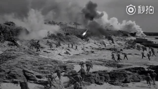 美军舰艇火力全开,掩护海军陆战队登陆塞班岛。