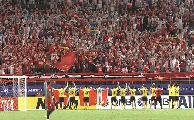 在日本赛场狂欢!恒大将士高举国旗谢场,远征球迷齐唱国歌回应