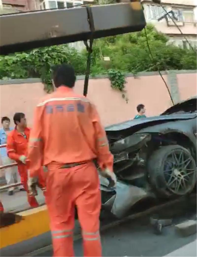 4.1秒破百的宝马M3出事故,落地价107万,马力431匹,全车烧报废