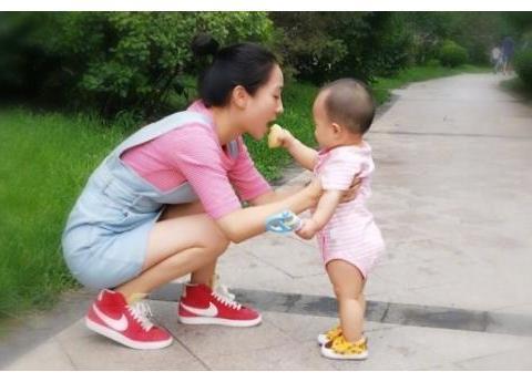 """""""安陵容""""晒全家福,3岁女儿像童年版的陶昕然,一家都是高颜值"""