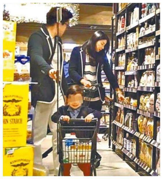 郭晶晶夫妇逛超市上新闻,他仅5字回应!网友:幸福的撒狗粮!
