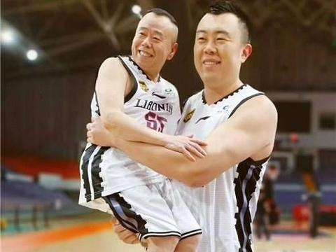 辽宁队中锋韩德君与潘长江合照公开,演绎最具喜感最萌身高差