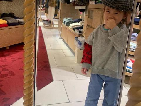 陈冠希晒女儿萌照获周杰伦点赞 Alaia照镜子逗笑自己