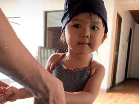 江宏杰带2岁女儿游泳,爱拉酱泡泳池中眯眼抿嘴自己洗脸,超萌!