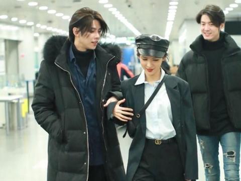 张予曦与男友现身机场,男友嘟嘴逗她开心,她却在偷瞄后面的帅哥