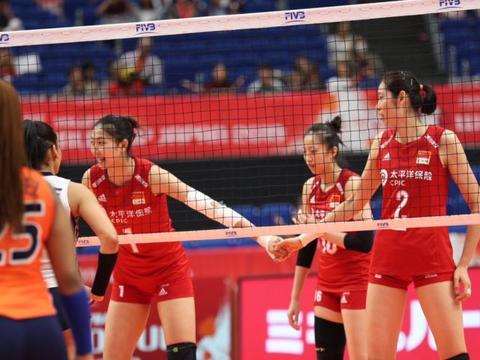 李盈莹首发,中国女排完胜多米尼加,喜提四连胜,有个小插曲