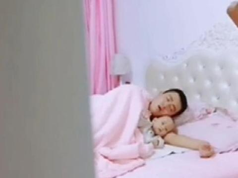 爸爸搂着宝宝睡觉被鼾声吵醒,接下来的画面妈妈乐了