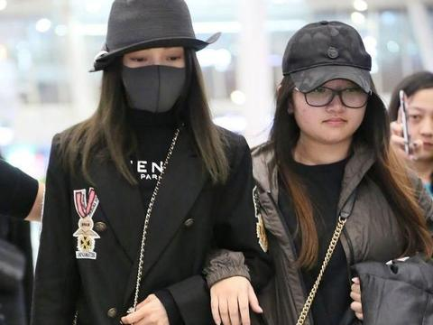 37岁张韶涵穿西服外套现身机场显气质,网友:穿了两条牛仔裤?
