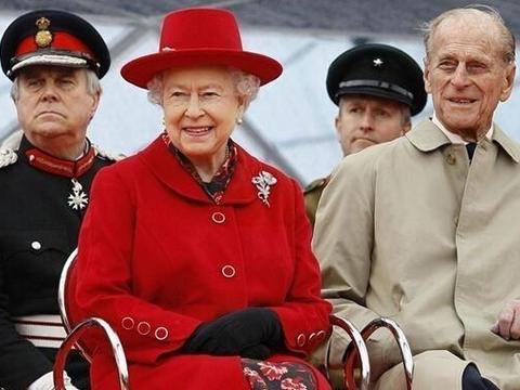 """英女王才是王室""""最会穿"""",苏格兰围巾肩上搭,小蛮腰实力抢镜"""