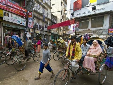 """世界上最""""拥挤""""的国家,当地女执意生孩子,路面街道堪比印度"""