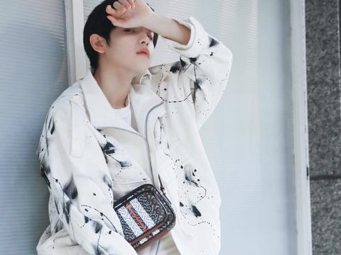胡春杨启程赴米兰时装周  简约时尚穿搭少年感十足