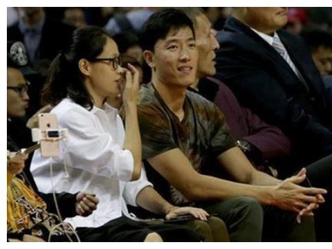 刘翔带娇妻观赛,忙着和姚明热聊冷落娇妻,素颜吴莎被槽不如葛天