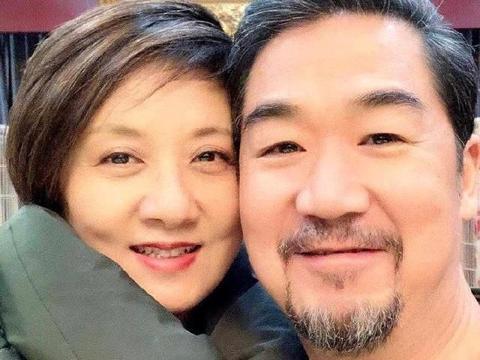 张国立64岁生日与邓婕甜蜜互动秀恩爱,王刚张铁林到场送祝福