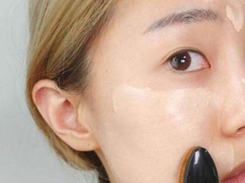 化妆时,BB霜还在直接涂脸上?我做错多年,难怪毛孔大,脱妆快