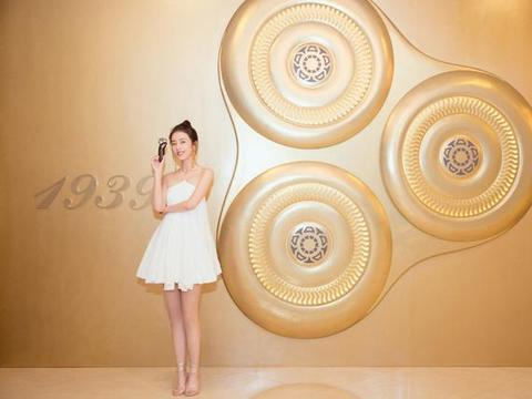 周雨彤出席活动,白色连衣短裙,秀白皙美腿