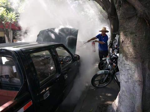 站外皮卡自燃求救 加油员快速出击灭火