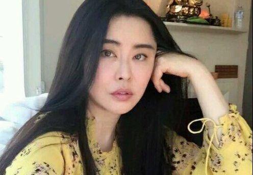 52岁王祖贤晒近照,小腹微隆身材臃肿,虽长发飘飘但已韶华不再!
