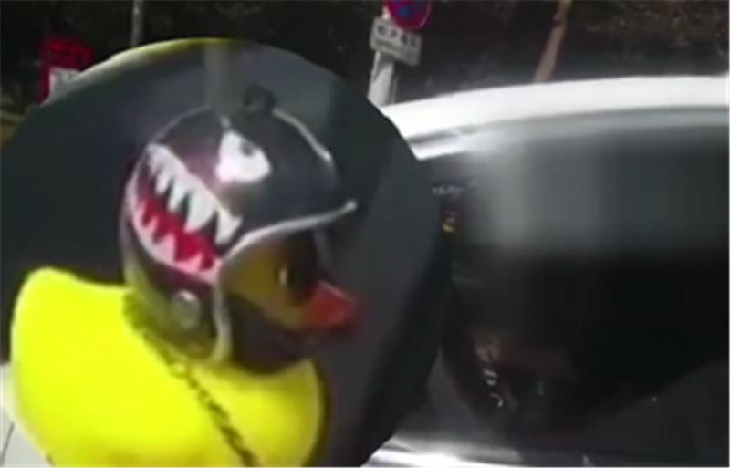 """粘""""小黄鸭""""被罚!标致2008外后视镜粘小黄鸭,车主被拦罚一百"""