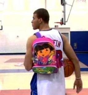 菜鸟进NBA潜规则:孙悦帮科比拿5个行李箱,詹姆斯也没躲过这关