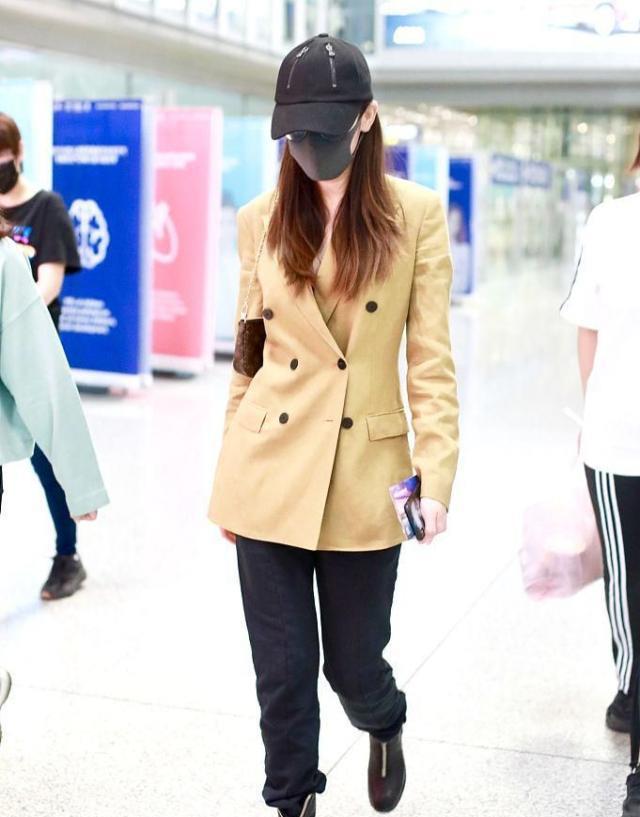 一种提前入秋叫迪丽热巴走机场,粗呢外套配小脚裤,确定不热?