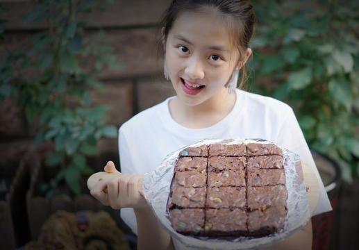 孙莉再晒多多烘焙照,黄磊富养的女儿到底有多优秀,远超同龄人!