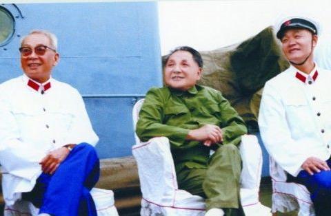 1979年8月,邓小平在海军北海舰队烟台基地视察