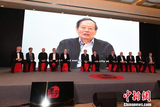 诺贝尔物理学奖获得者杨振宁为颁奖典礼录制了视频,对获奖者致以热烈的祝贺。 韩苏原 摄