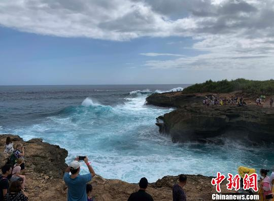 良多旅客经常没有听劝止,跑到崖石边摄影。 好洪元 供图