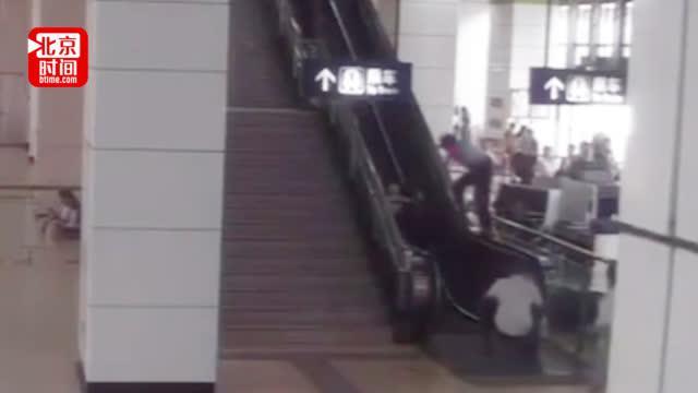 """辅警""""最帅一跨"""" 地铁扶梯上救起摔倒女子和小孩"""