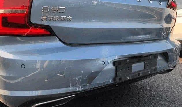大众汽车追尾沃尔沃S90,看到现场后,车主怀疑自己看错了