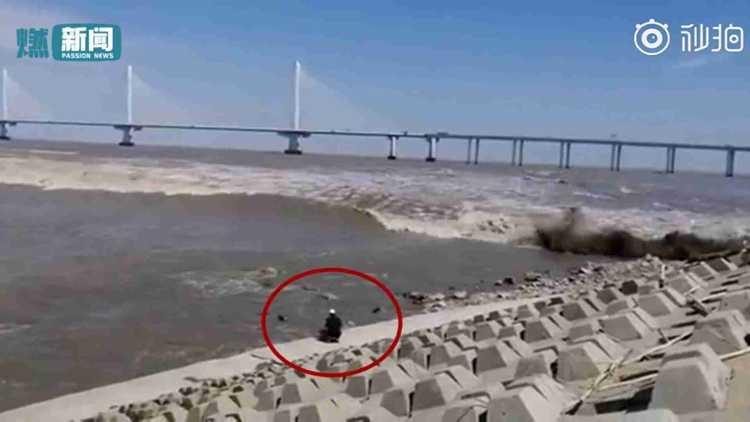 死里逃生!男子近距离拍摄钱塘江潮被卷走 11秒后被浪潮拍上岸
