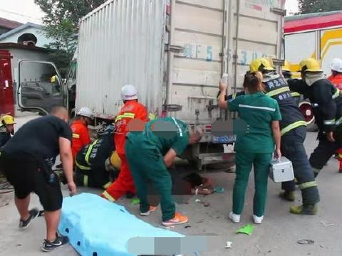 保定摩托骑手被压货车轮下,一声喊众人合力抬车救人
