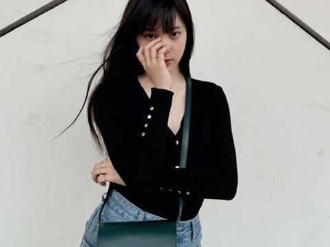 真羡慕欧阳娜娜的颜,简单的穿搭在她身上也很亮眼,时尚感满分