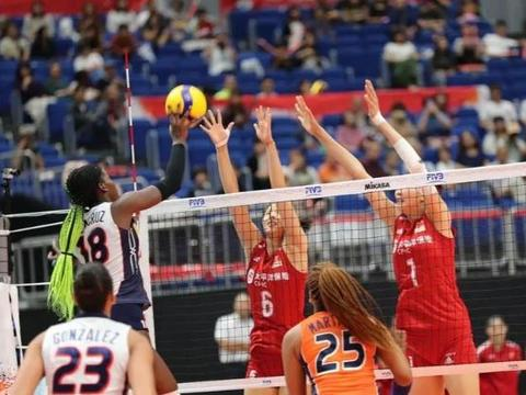 中国女排强势前进,世界杯4连胜场场都是3比0,一画面证明有多拼