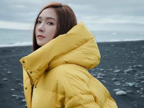 Jessica郑秀妍冰岛拍时尚写真 穿红裙亮眼气质佳