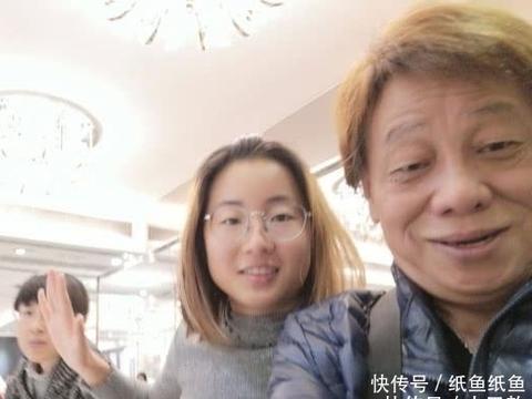 赵本山设宴招待陈惠敏和梁小龙, 屋内摆设接地气, 柜子上堆满被褥