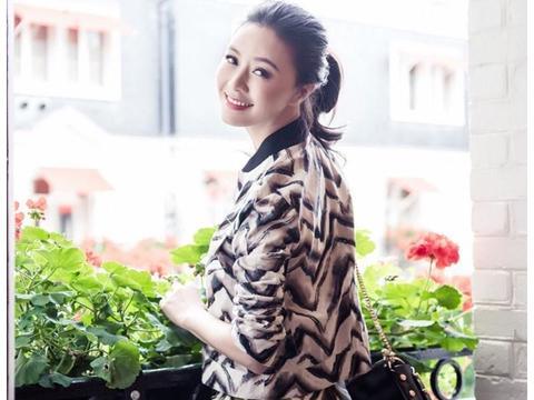 田海蓉精美壁纸,举手投足间拥有着优雅的气质和华贵的体态