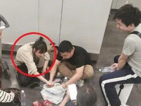 """有种""""接地气""""叫吴昕,和工作人员在机场用餐"""