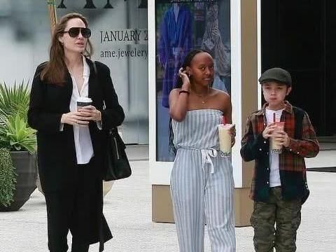 44岁朱莉一身黑衣现身,带俩孩子上街,手上的戒指亮了!