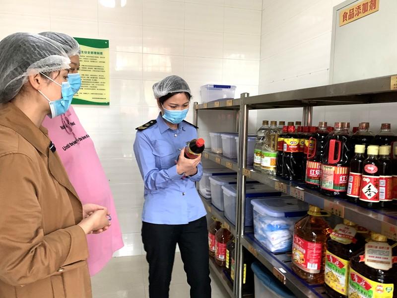 """郑东新区食药监局为辖区师生""""舌尖上的安全""""保驾护航"""