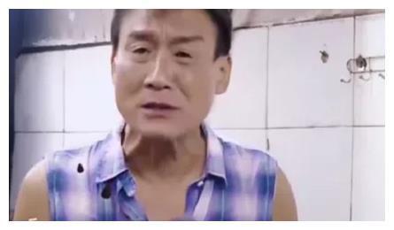 徐锦江吃西瓜不小心喷到梁家辉脸上,谁注意到他的反应?很真实