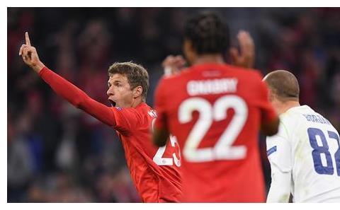 拜仁慕尼黑3-0胜贝尔格莱德红星 莱万穆勒破门 佩里西奇助攻+中框
