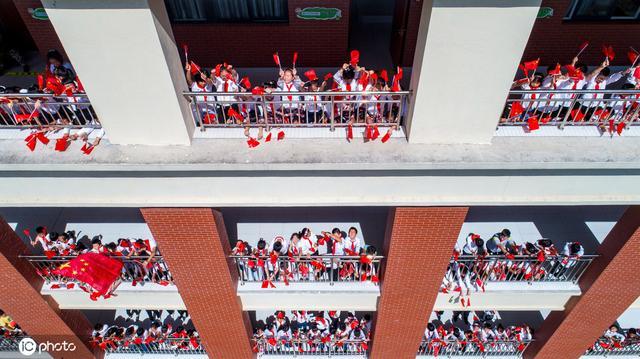 江苏海安百名学生走出教室 挥舞国旗迎国庆