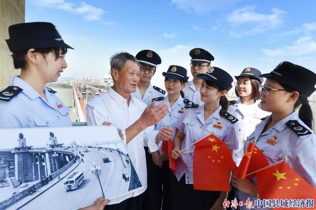 """江苏南京:长江大桥八旬老人忆""""初心"""""""
