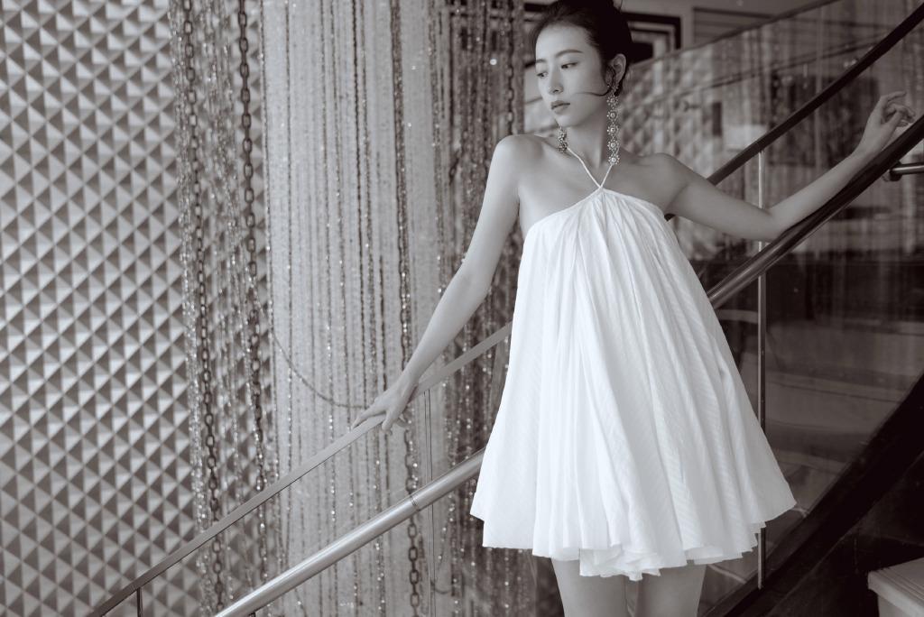 周雨彤终于不耍帅,穿白色连衣裙配高跟鞋,转身露美背性感吸睛